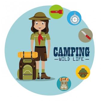 Lady scout avec du matériel de camping