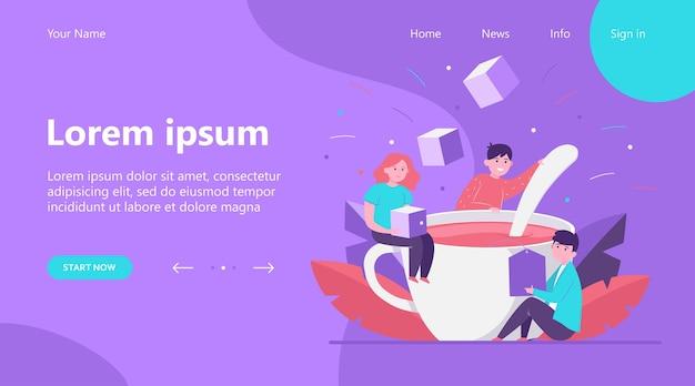 Landing page, des gens heureux mélangeant du sucre dans une grande tasse de thé. cuillère, bureau, illustration vectorielle plane de déjeuner. boissons chaudes et concept de pause-café