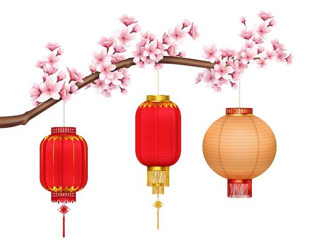 Lanternes chinoises rouges et or avec franges dorées et pinceaux suspendus sur une branche de sakura réalistes