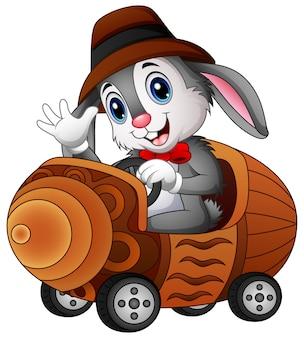 Lapin de dessin animé au volant d'une voiture de jouet
