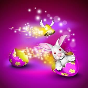 Lapin drôle conduisant une coquille d'oeuf décorée sur un fond violet