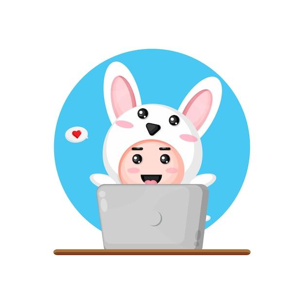 Lapin mignon à l'aide d'un ordinateur portable