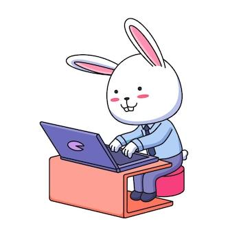 Lapin mignon travaillant avec un ordinateur portable