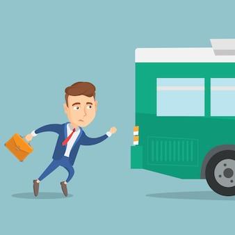 Latecomer homme en cours d'exécution pour le bus.
