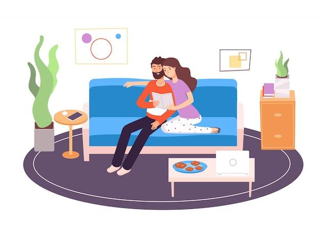 Lecture de couple. jeune famille heureuse, lecture et repos sur un canapé dans le salon à la maison. vacances relax à l'intérieur