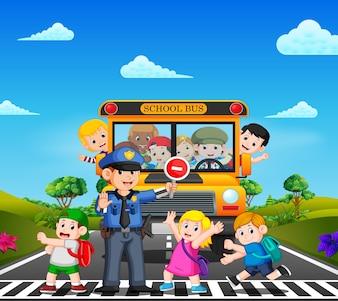 Les enfants traversent la route pendant que la police arrête l'autobus scolaire