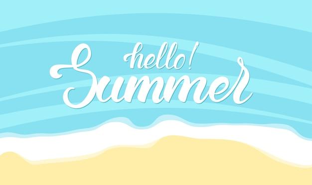 Lettrage de brosse de bonjour l'été sur fond de plage de l'océan
