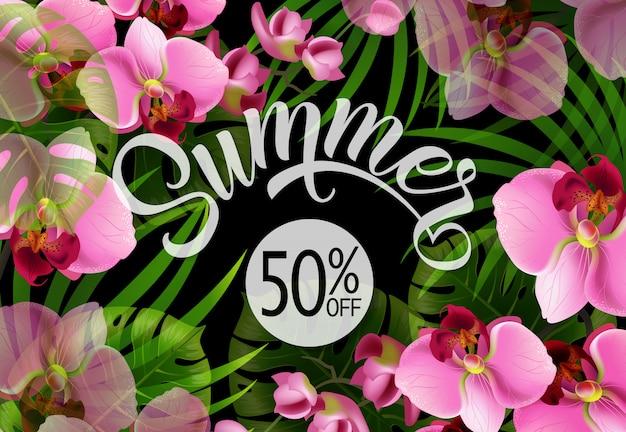 Lettrage d'été avec des feuilles tropicales et des orchidées. offre d'été ou publicité de vente