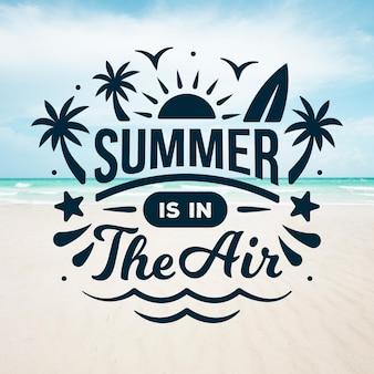 Lettrage d'été avec plage et océan