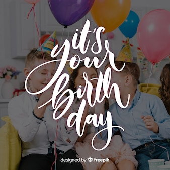 Lettrage joyeux anniversaire avec des enfants