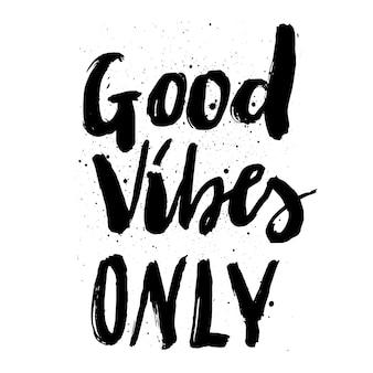 Lettrage à la main citation bonnes vibrations seulement avec des éclaboussures d'encre