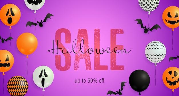 Lettrage de vente d'halloween avec des ballons de chauve-souris, de fantômes et de citrouilles