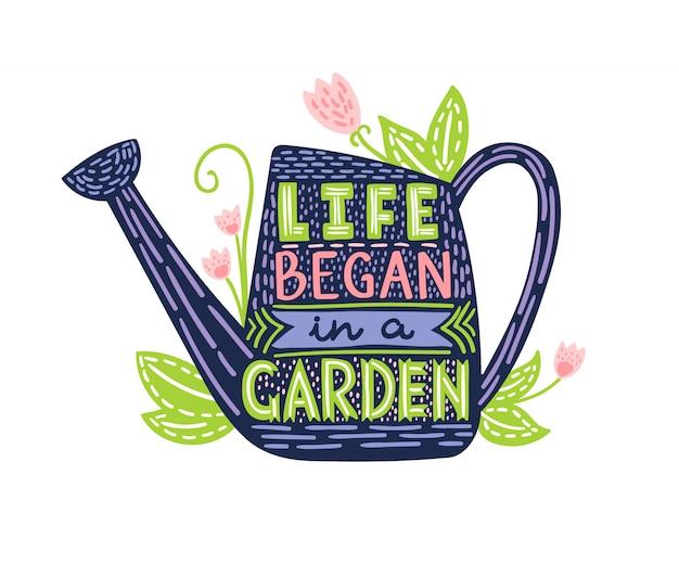 Lettrage la vie a commencé dans un jardin. illustration de doodle avec arrosoir et texte dessiné à la main. affiche de typographie avec citation inspirante de jardinage.