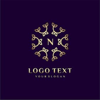 Lettre de conception de logo de luxe (n) pour votre marque avec décoration florale