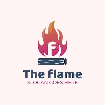 Lettre f avec flamme ou bois de chauffage pour la conception de logo à l'extérieur d'un feu de camp