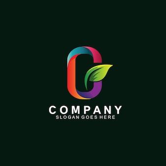 Lettre c avec feuille dans le logo de la nature