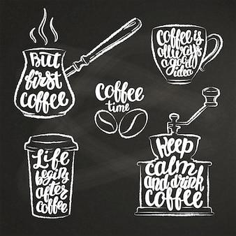 Lettres de café dans la tasse, moulin, formes de craie de pot.