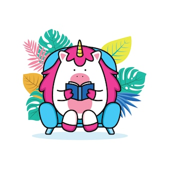 Licorne lisant un livre dans un canapé