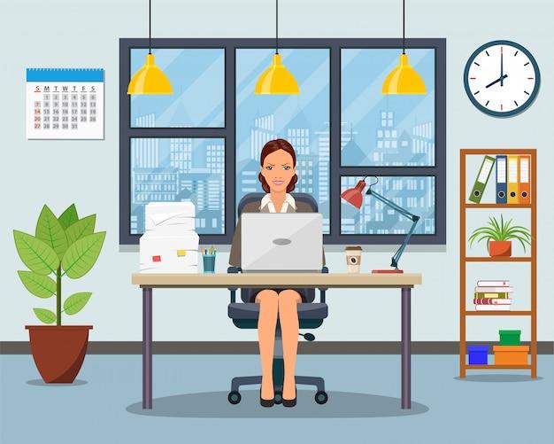 Lieu de travail de bureau avec table, bibliothèque, fenêtre.