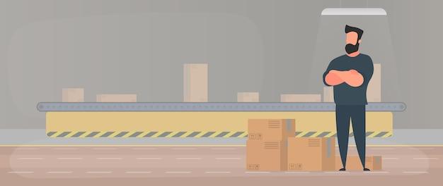 Ligne de convoyeur avec des boîtes.un homme se tient avec des boîtes en carton. .