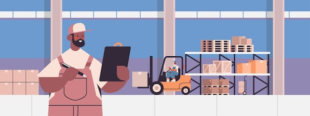 Livreur afro-américain en uniforme vérifie les colis livraison express logistique de fret ou concept de service postal portrait intérieur d'entrepôt