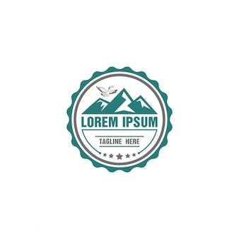 Logo d'aventure de forme arrondie avec montagne