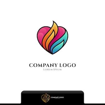 Logo coloré de feu d'amour d'isolement sur le blanc