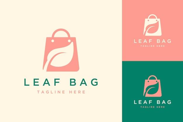 Logo de conception de sac recyclé ou sac avec des feuilles