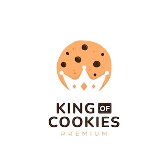 Logo de cookies king majesty avec découpe d'espace négatif de silhouette de couronne à l'intérieur de l'illustration de symbole d'icône de cookie