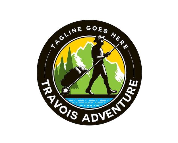 Logo emblème du sherpa trekker tirant des travois marchant sur le sol devant les montagnes