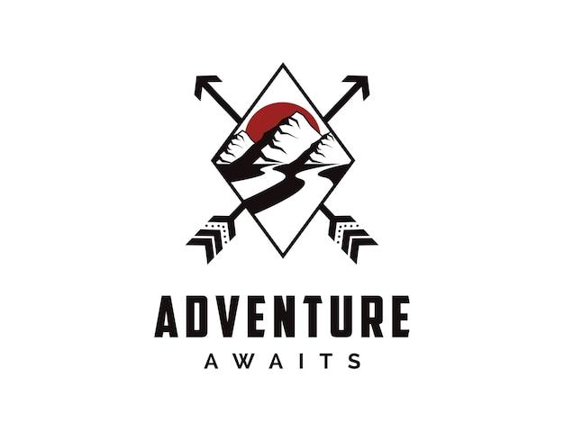 Logo d'insigne de voyage d'aventure en plein air avec soleil