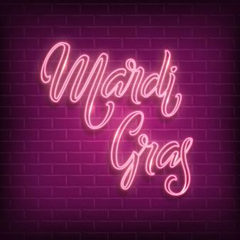 Logo de lettrage au néon mardi gras avec fond de mur de brique violet.
