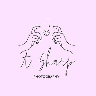 Logo linéaire du photographe. les mains des femmes tiennent l'obturateur de l'appareil photo. symbole abstrait pour un studio photo dans un style minimaliste simple. modèle de logo vectoriel pour photographe de mariage