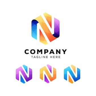 Logo ou logo d'hexagone coloré abstrait avec lettre n