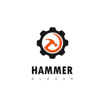 Logo de marteau avec symbole d'engrenage pour la construction et la fabrication