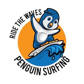 Logo de mascotte de dessin animé de pingouin surf