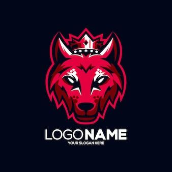 Logo de mascotte de roi loup isolé sur bleu