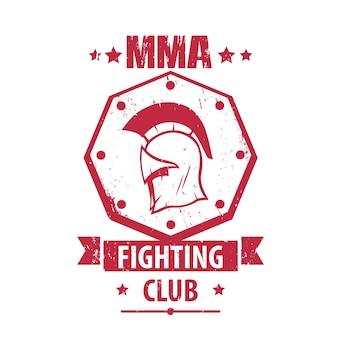 Logo mma fighting club, emblème, insigne avec casque spartiate, t-shirt rouge imprimé isolé sur blanc, illustration vectorielle