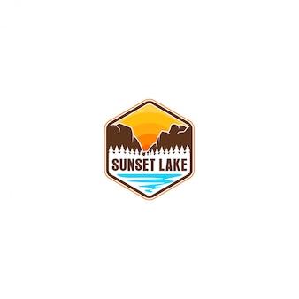 Logo nature de montagne en plein air - aventure faune et forêt de pins