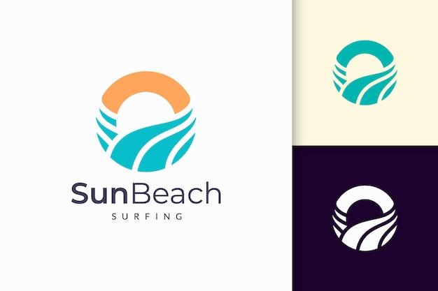 Le logo de l'océan ou de la mer dans la vague d'eau abstraite et le soleil représentent l'aventure