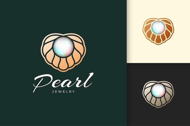Le logo de perle de luxe et chic avec la coquille ou la coquille saint-jacques représente des bijoux et des pierres précieuses