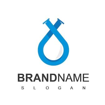 Logo de plomberie, goutte d'eau avec symbole de tuyau