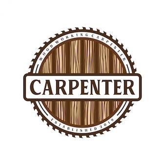 Logo vintage de charpentier avec élément marteau et ciseau