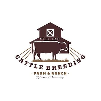 Logo vintage de ferme de vache avec grange