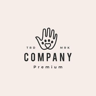 Logo vintage de hipster de soins de patte d'animal familier d'amour de main