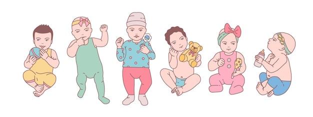 Lot de bébés nouveau-nés mignons ou de petits enfants vêtus de divers vêtements et tenant des jouets et des hochets.