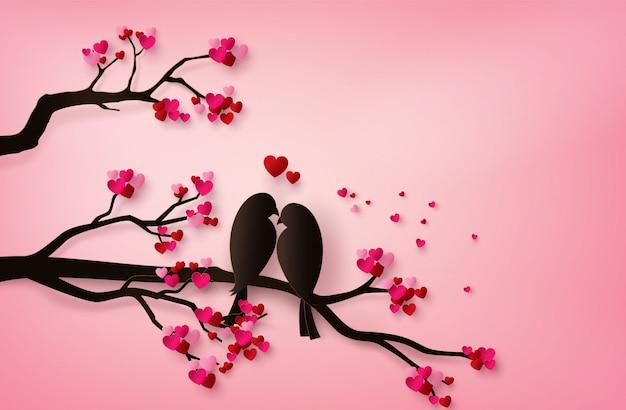 Love birds perché sur une branche d'un arbre.