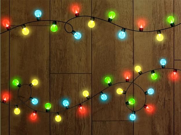 Lumières de noël sur fond transparent. guirlande brillante de lumières de noël. élément de décoration festive. lumières de noël lumineuses. la guirlande est multicolore. isolé.