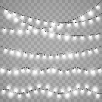 Lumières de noël isolées. ampoules incandescentes de vecteur sur des chaînes de fil