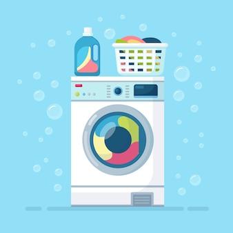 Machine à laver avec vêtements secs dans le panier et détergent isolé sur fond.
